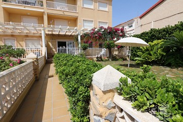 Spaanse strandwoning met riante tuin direct aan zee - Van Dam Estates