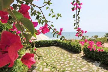 Spaanse strandwoning met riante tuin direct aan zee ?> - Van Dam Estates